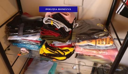 Produse contrafăcute, în valoare de peste 8.000 de lei, confiscate de polițiști în urma unei percheziții efectuată în Tinca