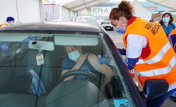 """În Oradea s-a deschis primul centru de vaccinare """"drive-through"""""""